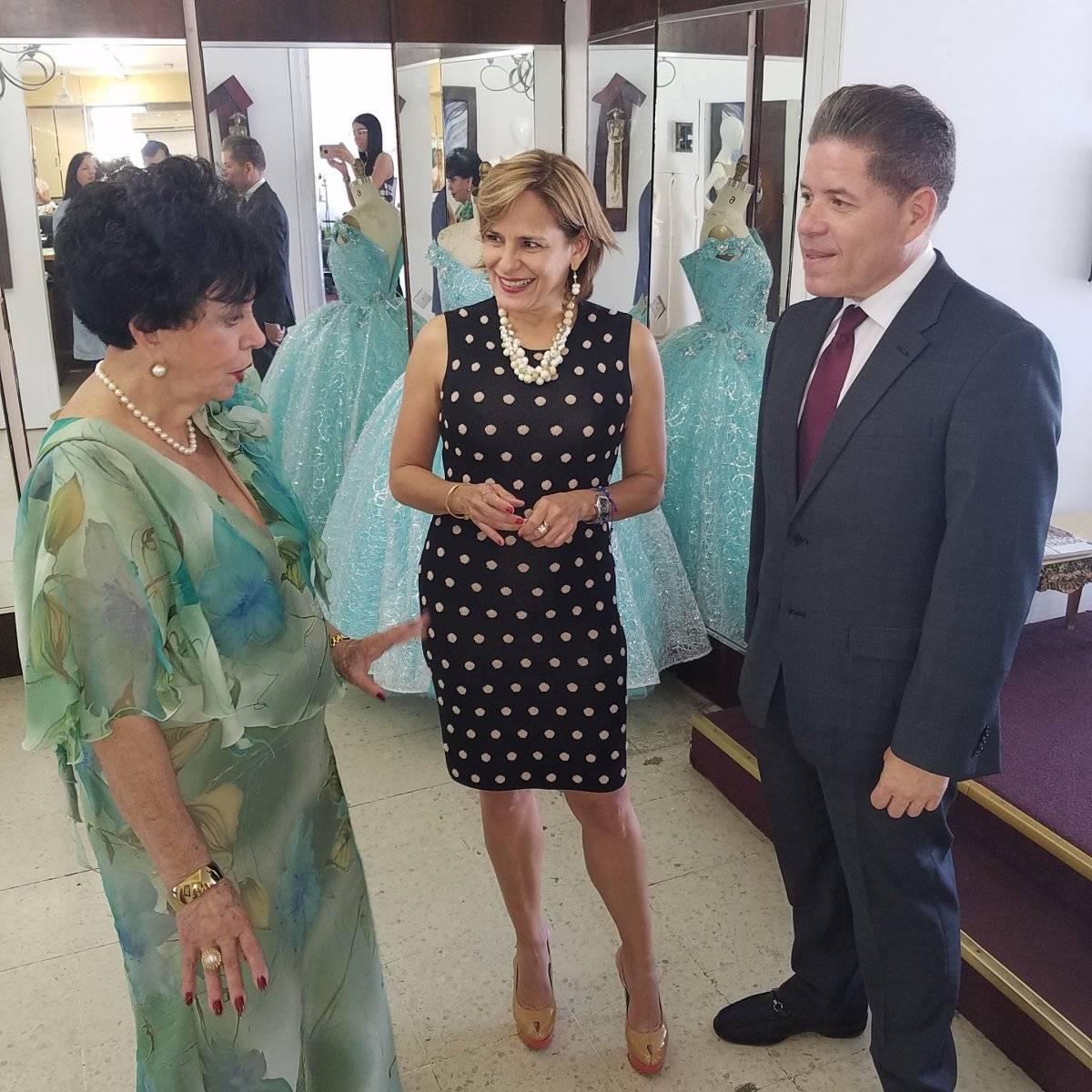 En la foto (de izquierda a derecha), la diseñadora Carlota Alfaro, la senadora Zoé Laboy y el presidente de San Juan Moda, Carlos Bermúdez. / Suministrada