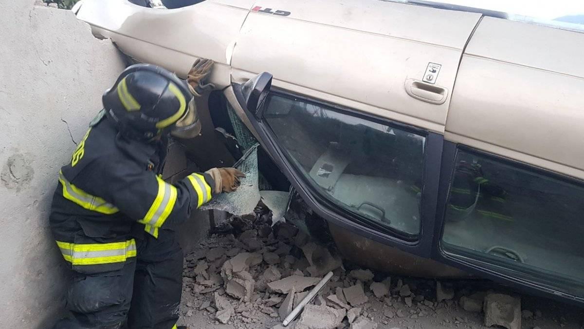 ECU 911 Vehículo se volcó y causó daños a una vivienda en Quito