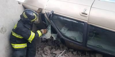 Vehículo se volcó y causó daños a una vivienda en Quito