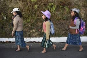 caminata de niñas en ruta Interamericana por Hogar Seguro
