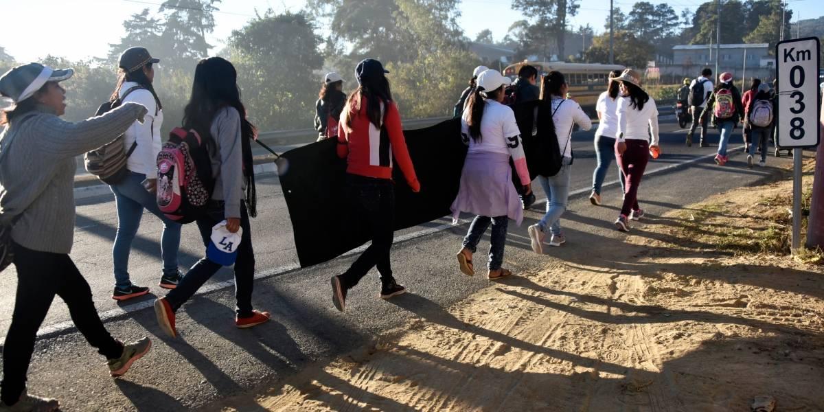 Niñas marchan para recordar a víctimas del incendio en el Hogar Seguro