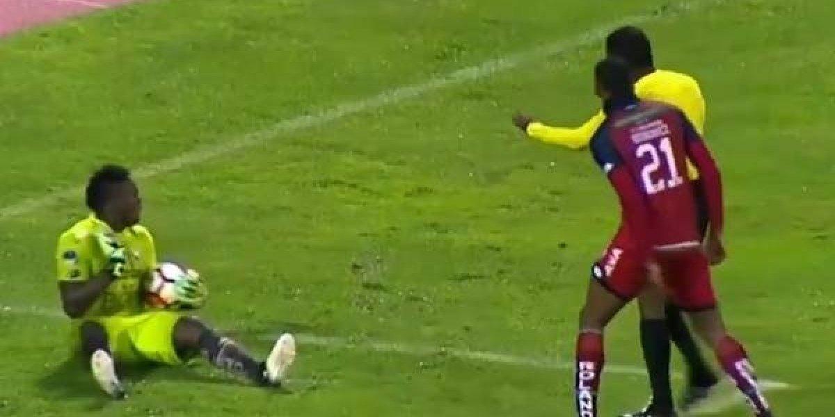 Portero de El Nacional finge una agresión del árbitro