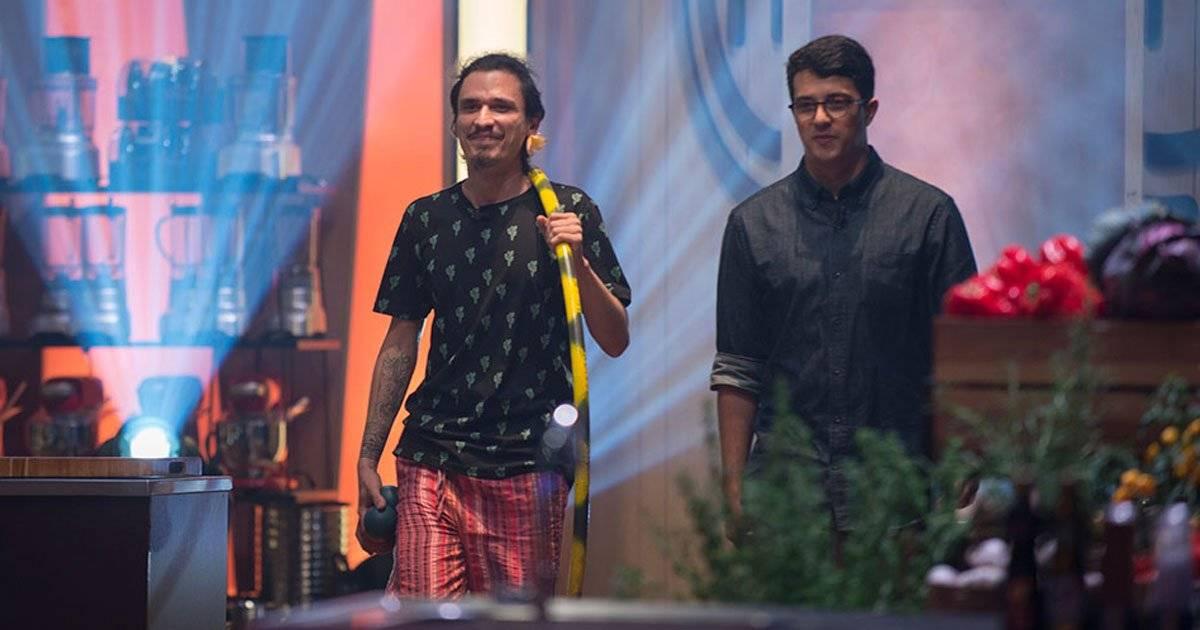 Gabriel e Cauê também disputaram o duelo da carne; Cauê, com seu bambole, ficou com o avental Foto: Carlos Reinis/Band