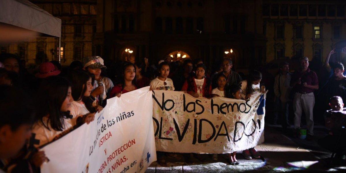 Niñas caminan 41 kilómetros para recordar a víctimas del Hogar Seguro Virgen de la Asunción