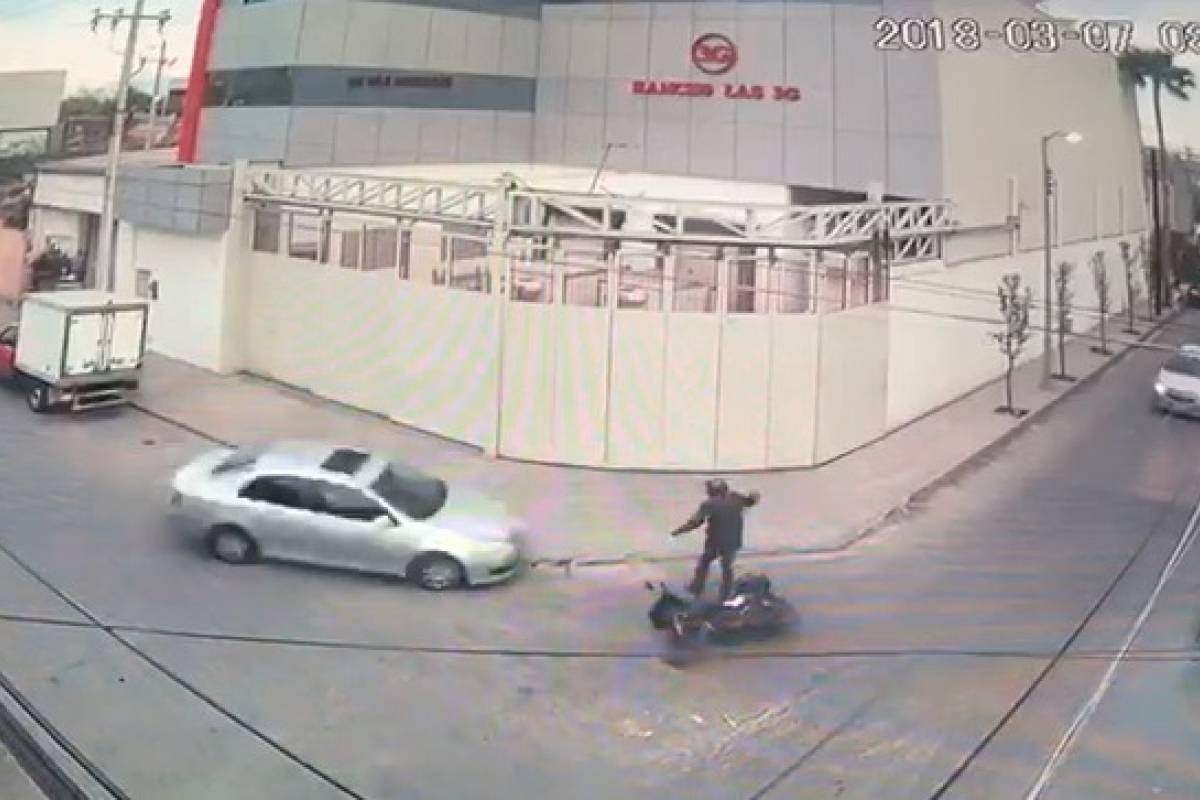 #Video Arrollan a motociclista durante persecución en Monterrey