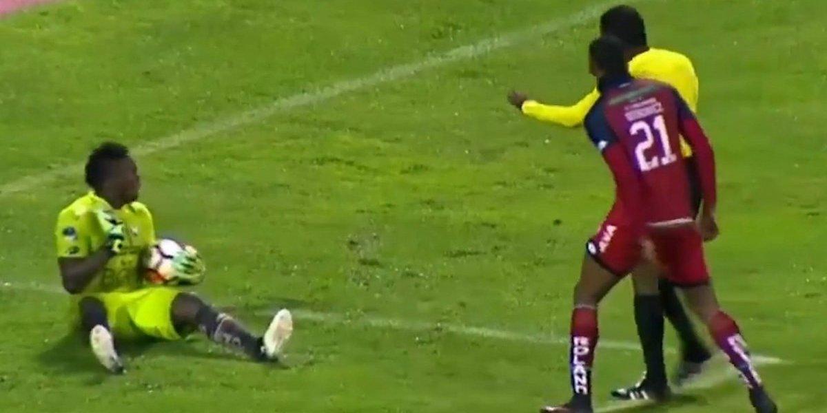 Arquero de El Nacional de Ecuador simuló una agresión del árbitro — YouTube