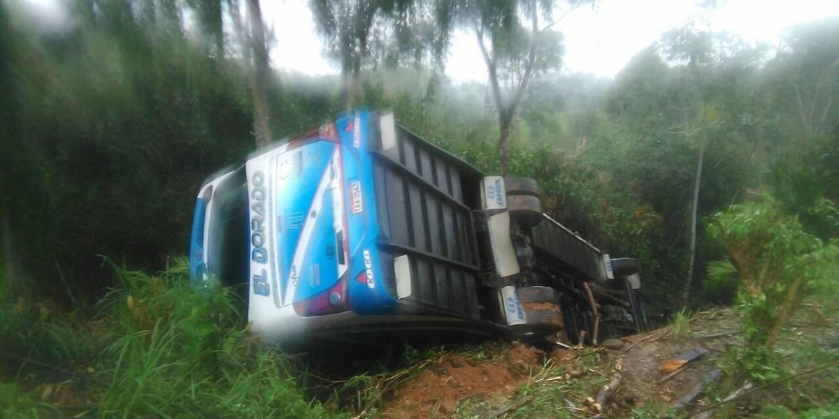 Dos heridos tras volcamiento de bus en la vía Loreto-Coca