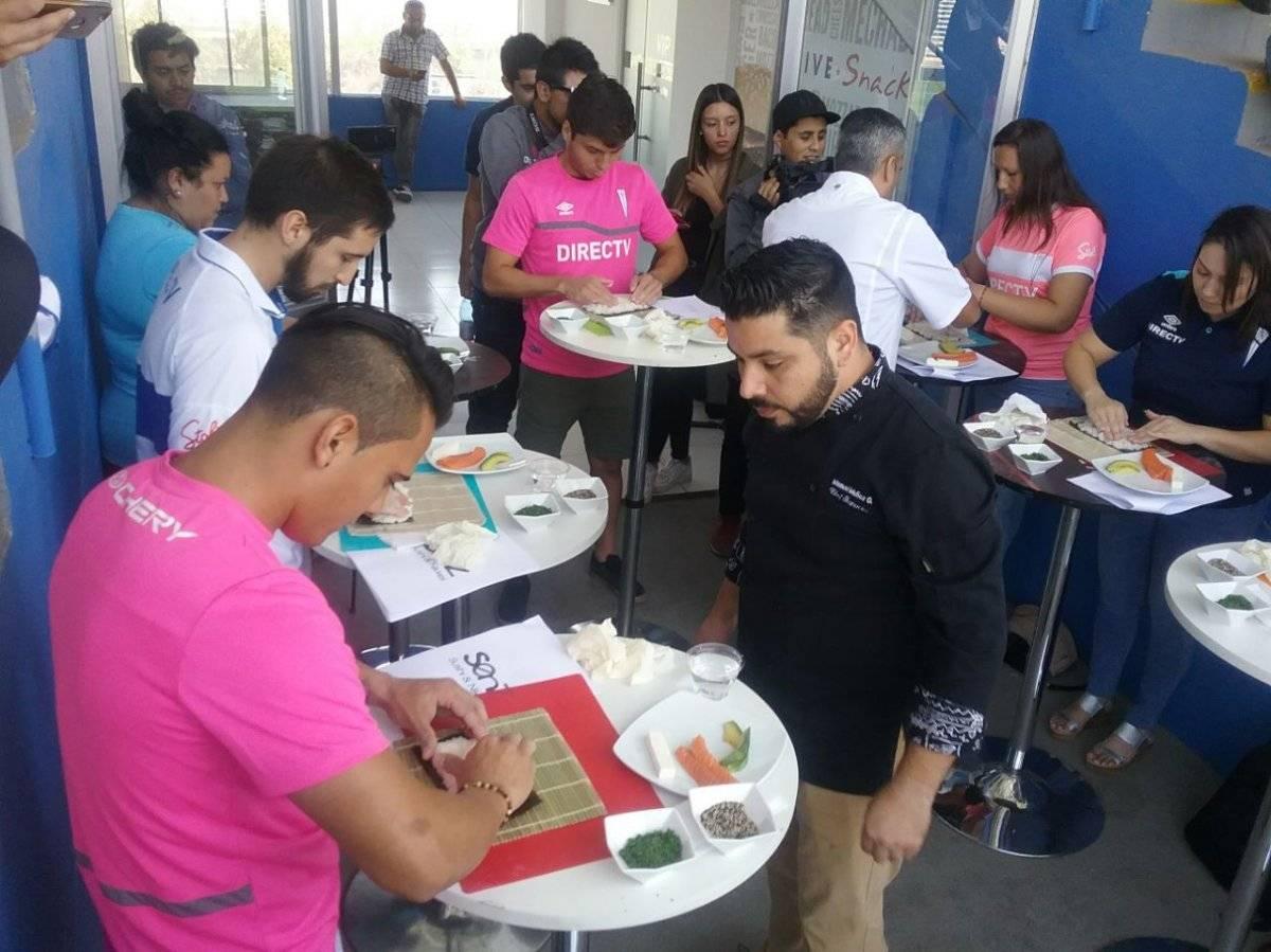 Llanos y Rebolledo armando el sushi con la esterilla / Foto: Pablo Serey