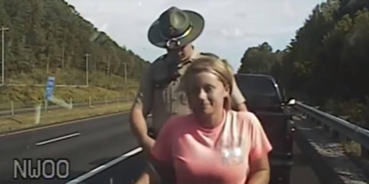 Policía de tránsito mete dedos en  ropa interior de conductora detenida