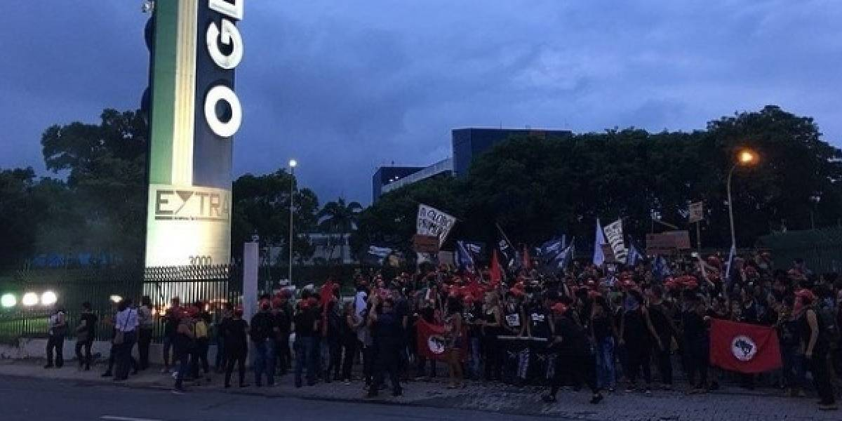 Mulheres do MST invadem gráfica do jornal 'O Globo' no Rio