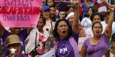 Cientos de mujeres con camisetas rosas y moradas protestaron el jueves en Filipinas contra el presidente, Rodrigo Duterte, al que acusaron de estar entre los peores infractores de los derechos de las mujeres en Asia. / AP