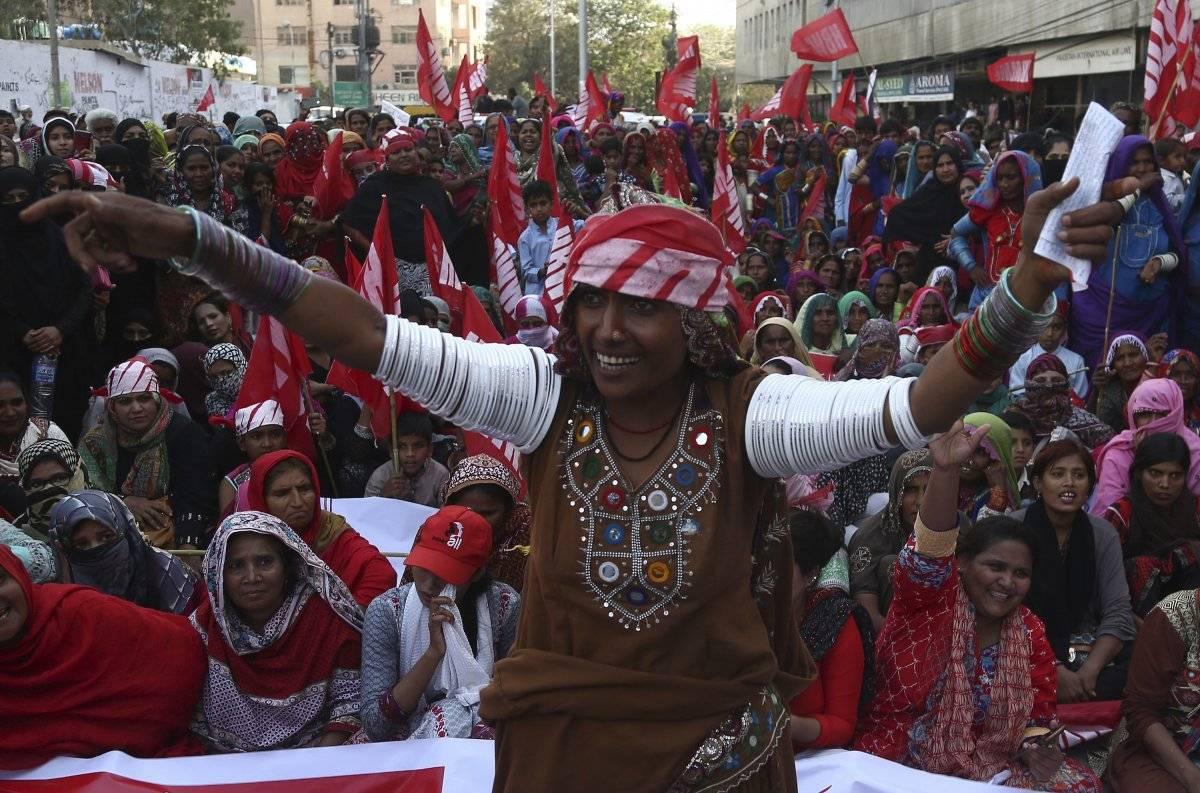 Una mujer de la comunidad nómada de Bheel lidera la protesta por los derechos de las mujeres en el Día Internacional de la Mujer en Karachi, Pakistán. /AP
