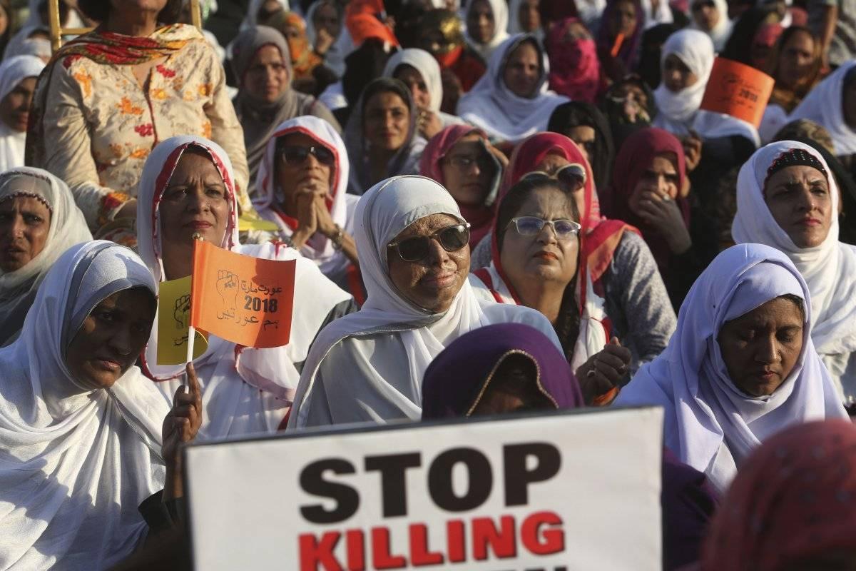 Una mujer, víctima de un ataque con ácido, participa en una manifestación en Karachi, Pakistán