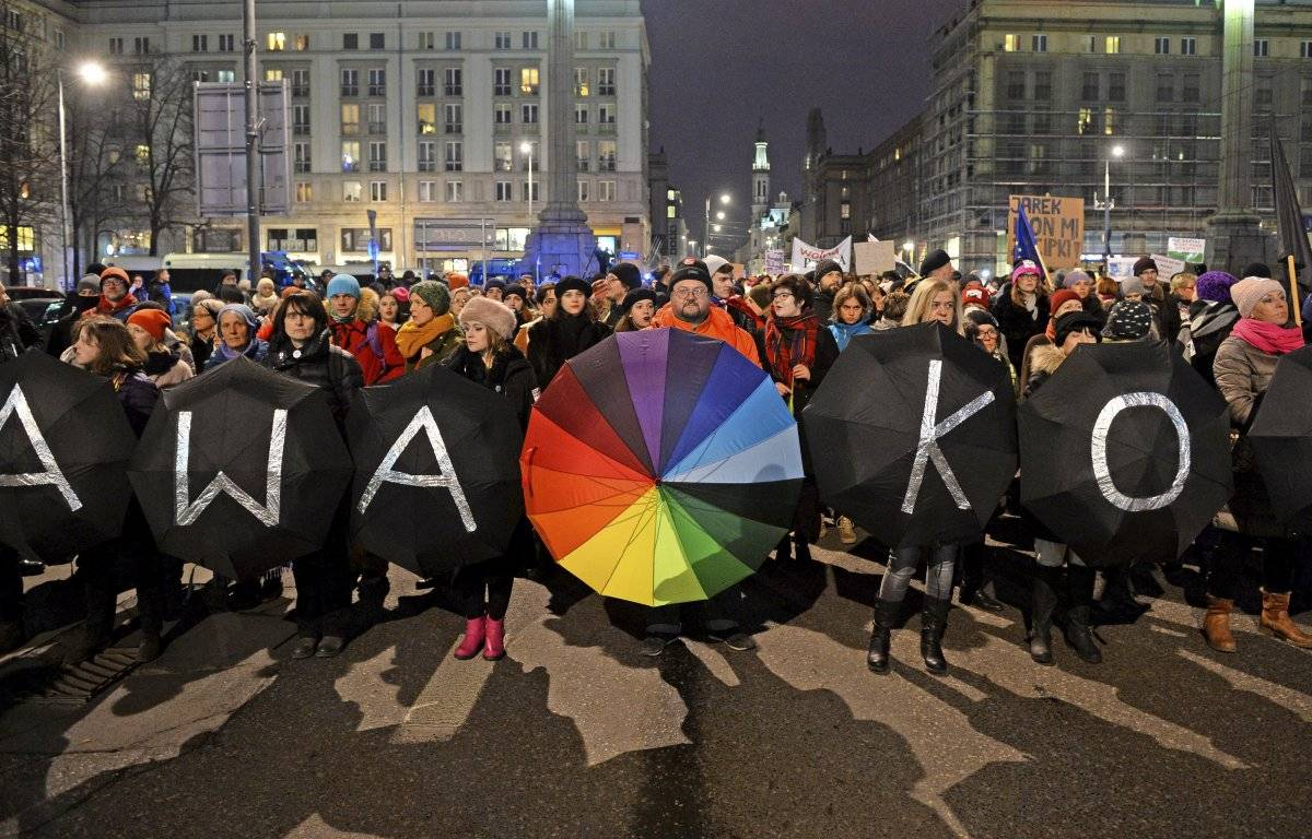 Manifestantes con paraguas encabezan una marcha del Día de la Mujer en Varsovia, Polonia,