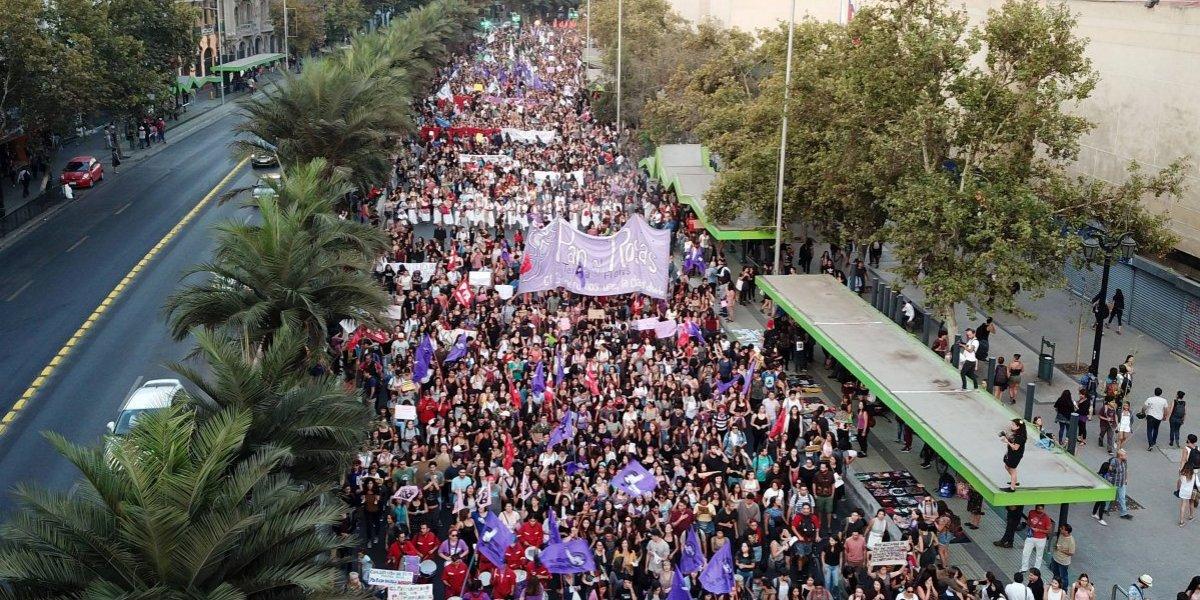 Día internacional de la mujer se conmemora con multitudinarias marchas a lo largo de Chile