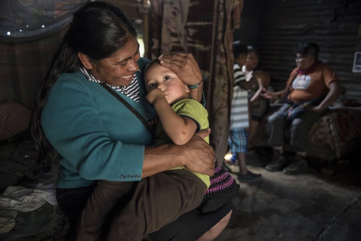 María del Carmen Urías abraza a uno de sus 15 nietos.