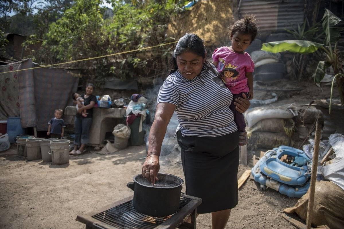 En una parrilla cocina la familia Chután Urías. Oliver de Ros