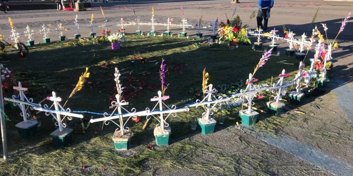 #1AñoHogarSeguro: Con flores y cruces recuerdan a víctimas del incendio