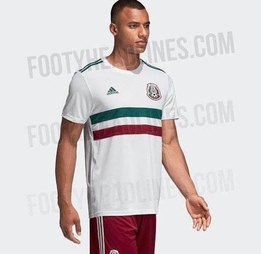 El jersey es blanco con líneas en color verdes y guinda abajo del pecho  2d0a99f3ddfaf