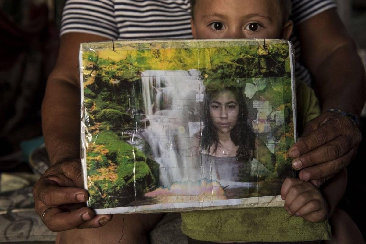Uno de los sobrinos de Maira sostiene una de sus fotografías. Oliver de Ros