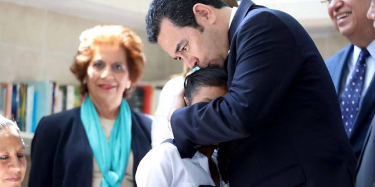 """Presidente impulsa """"histórica"""" campaña de vacunación a niñas para prevenir cáncer de matriz"""