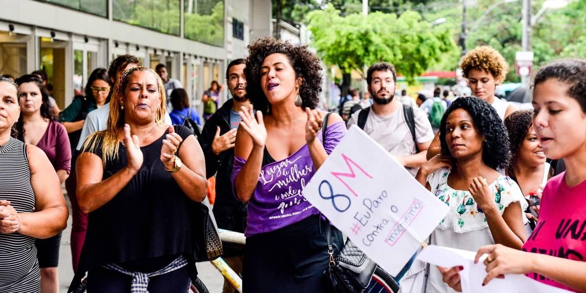 Apesar da chuva, milhares fazem ato pelas mulheres no Rio