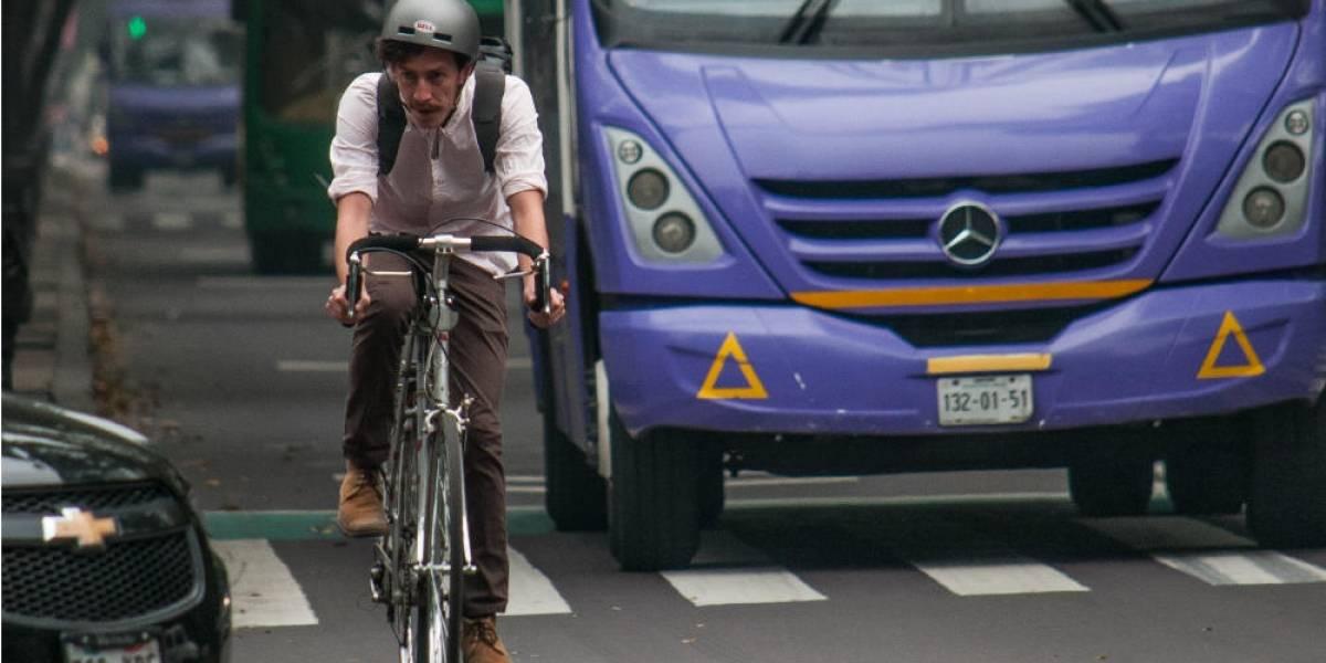 Ciclistas estrenan ciclovía en Reforma Norte; al poniente arriesgan la vida