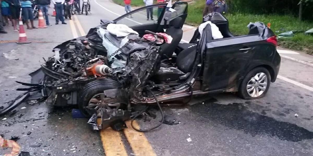 Carro e ônibus batem de frente em rodovia; uma pessoa ficou gravemente ferida
