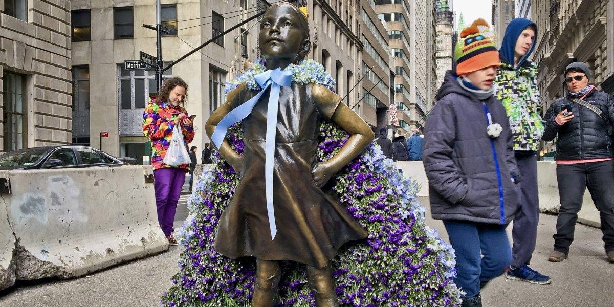 Estatua de niña sin miedo se queda en Nueva York