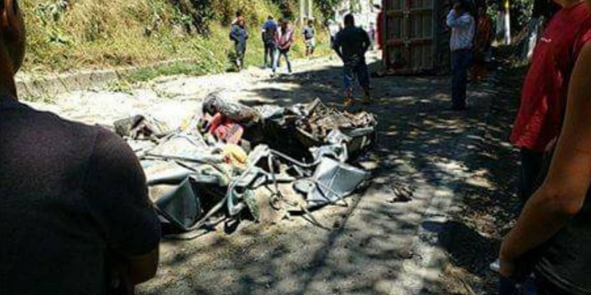 Tráiler vuelca y aplasta coche en La Marquesa; hay cinco fallecidos