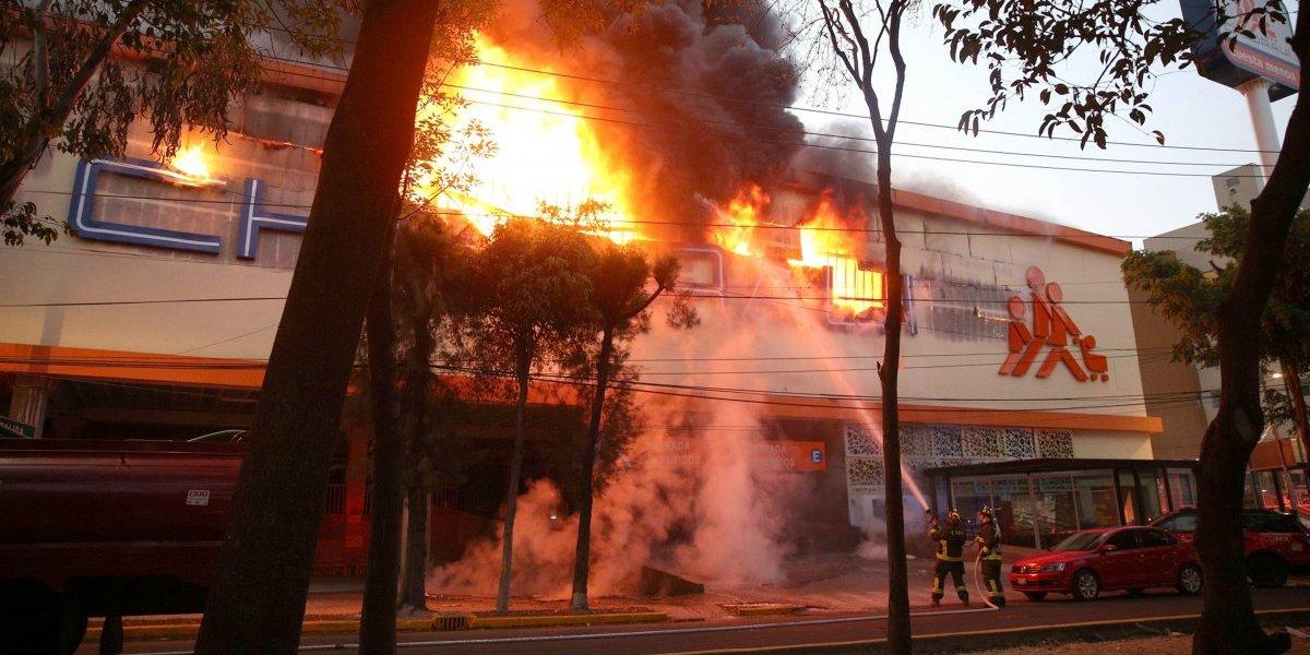 Controlan fuertes incendios en Chedraui y Mercado Hidalgo