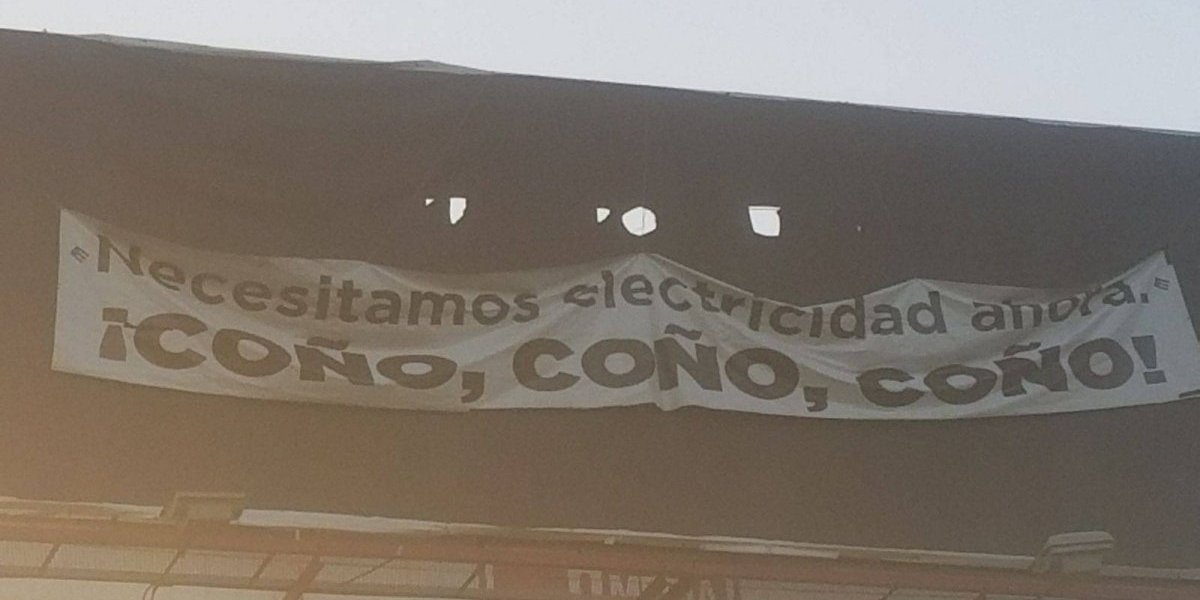 Comunidad vegabajeña levanta reclamo por electricidad con pancarta en expreso