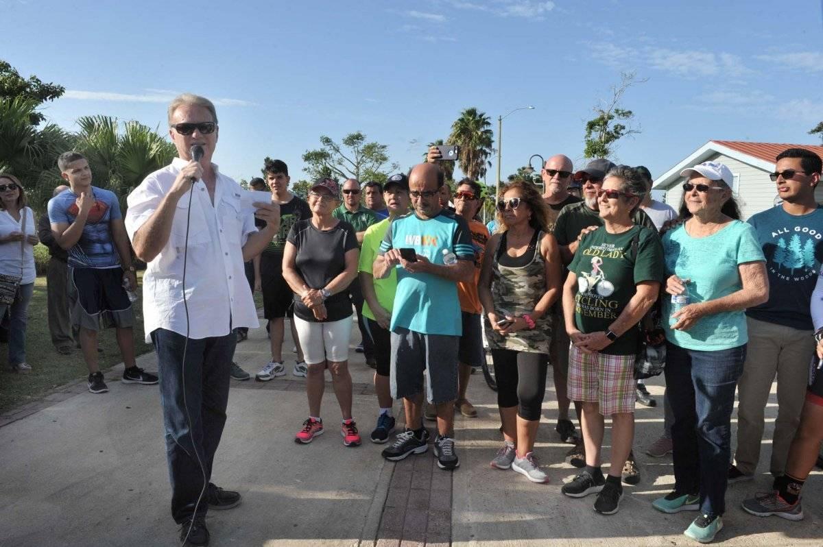 Foto: Ramón Luis Rivera, alcalde de Bayamón, le habla a los presentes sobre la reapertura/Suministrada