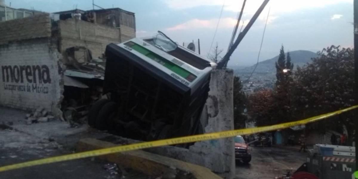 Camión se queda sin frenos y se impacta contra casa en la GAM