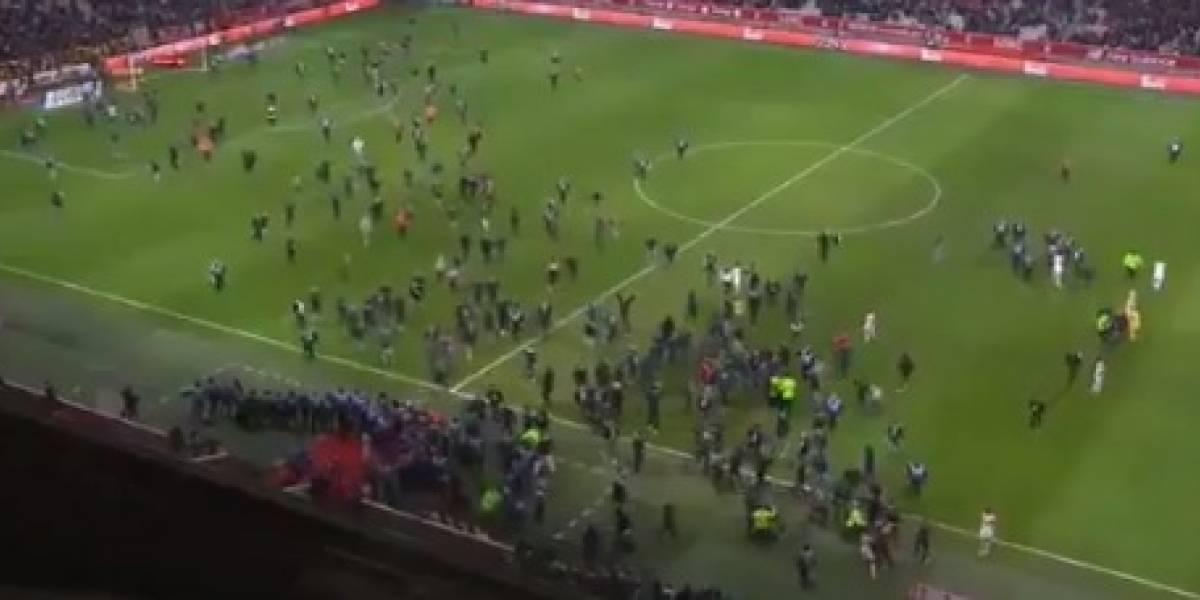 VIDEO: Seguidores invaden la cancha para agredir jugadores