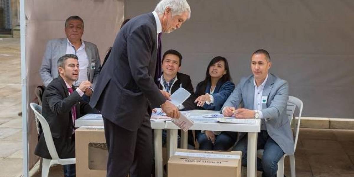 Captan al alcalde Enrique Peñalosa haciendo algo indebido mientras votaba