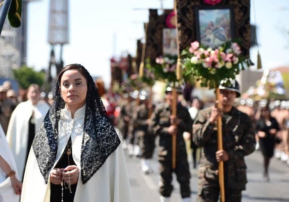 Alonzo acompaña el cortejo procesional.