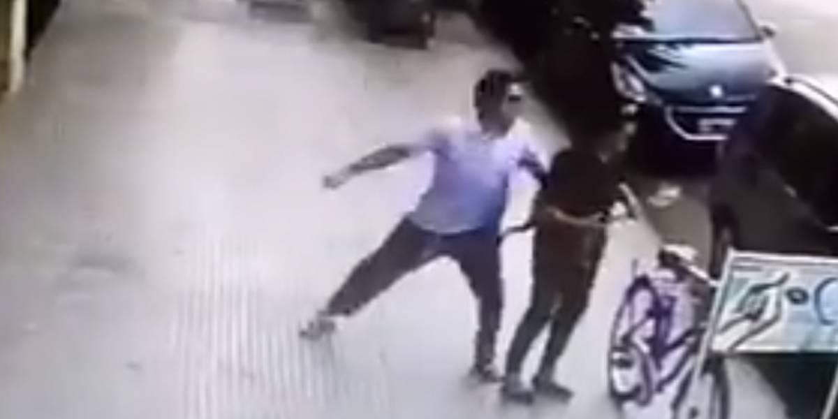 No les habla ni les roba, sólo las golpea: graban a hombre que agrede a mujeres en la calle
