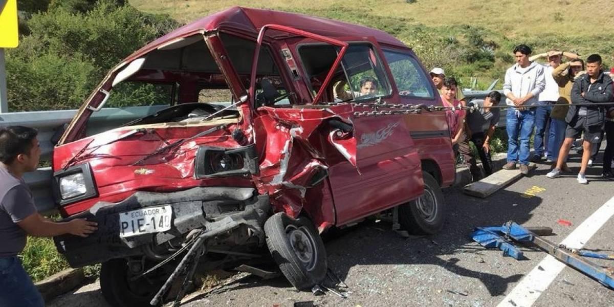 Choque entre cuatro vehículos en Cayambe dejó tres heridos