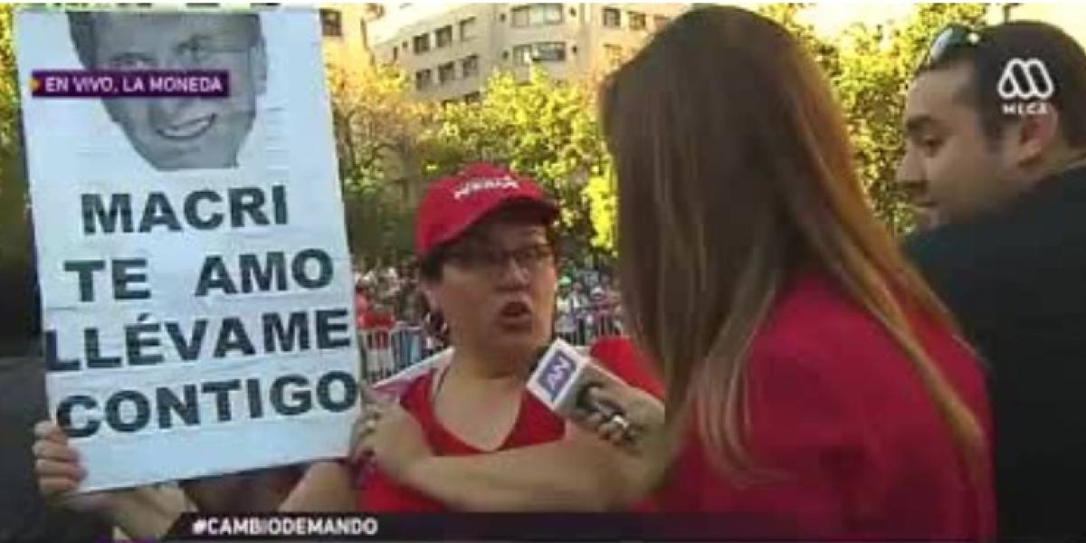 """""""Macri te amo, llévame contigo"""": el curioso y sincero cartel que adepta de Piñera mostró fuera de La Moneda"""