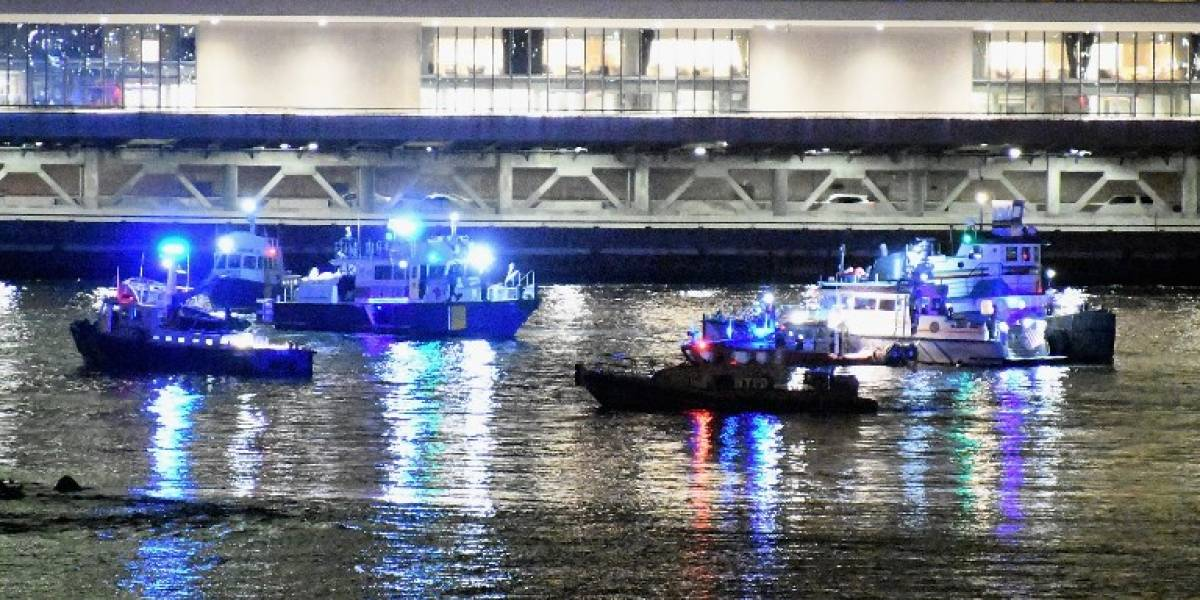 Al menos dos muertos al caer un helicóptero a río de Nueva York