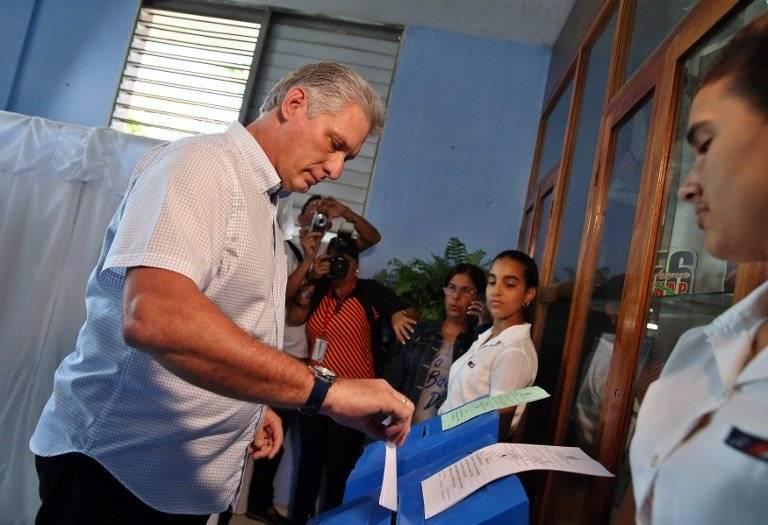 Miguel Díaz-Canel votando en Cuba