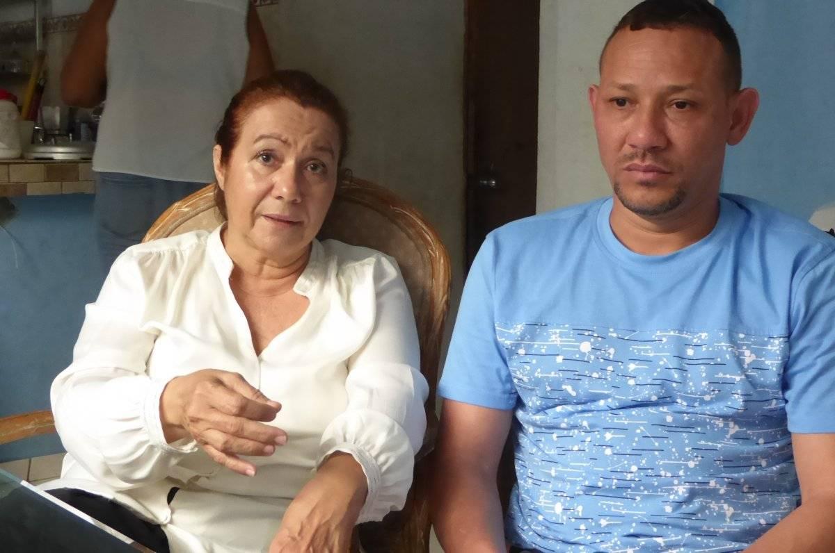 La licenciada Elba Nilsa Villalba Ojeda, el obreo dominicano Aníbal Reyes Rojas y su hermana Yuberkis en su humilde hogar en Santurce. /Inter News Service