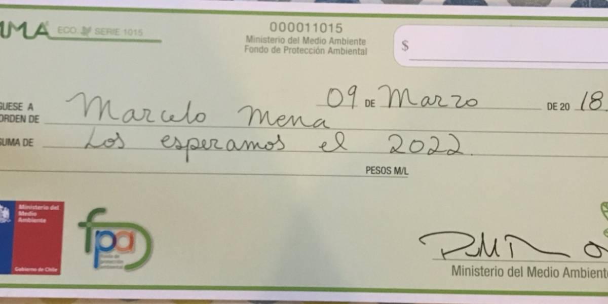 """""""Voy y vuelvo"""": la particular despedida del ministro del Medio Ambiente Marcelo Mena con un """"cheque a fecha"""""""