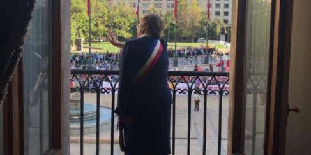 Cambio de Mando: Michelle Bachelet salió a saludar al balcón, tiró besos y se tomó foto junto a funcionarios en sus últimos minutos en La Moneda