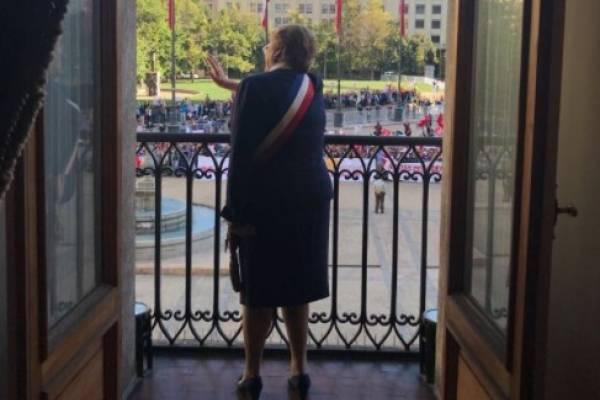 Michelle bachelet balcón La Moneda