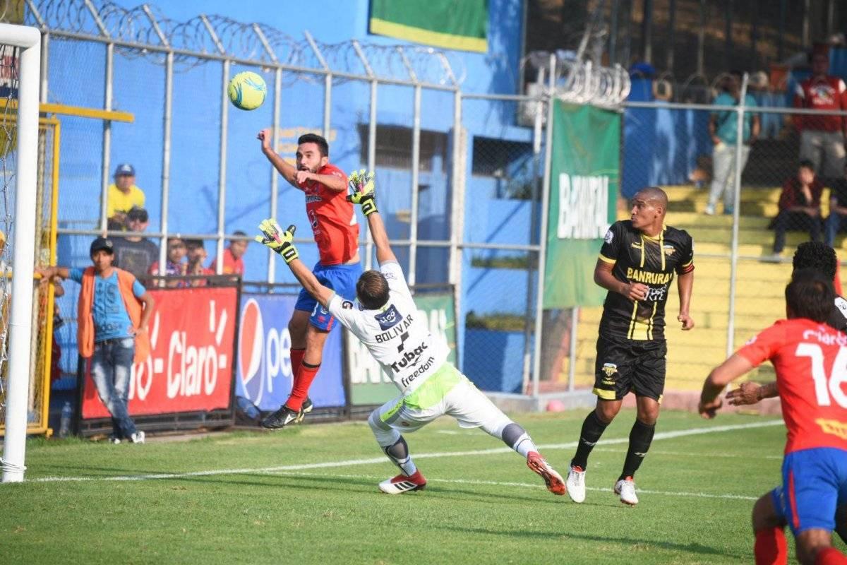 Carlos Kamiani anota un gol ante Petapa