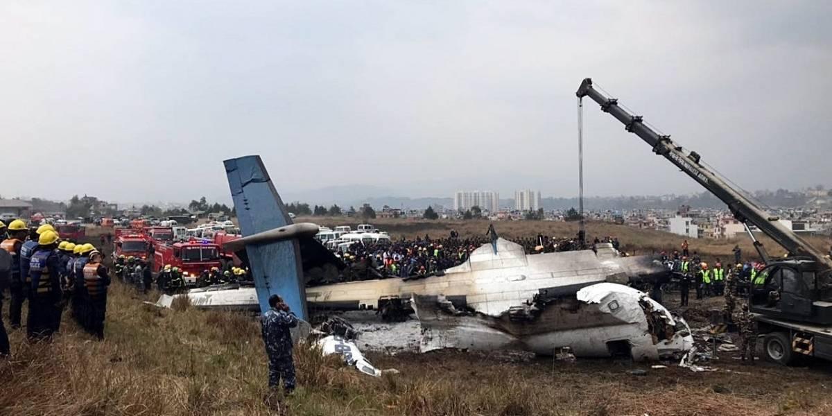 Se estrella avión de pasajeros en Nepal, se registran al menos 49 muertos