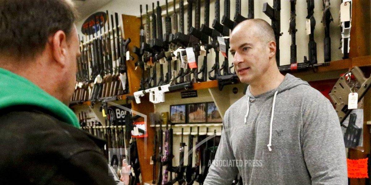 Trump sopesa elevar edad mínima para compra de armas