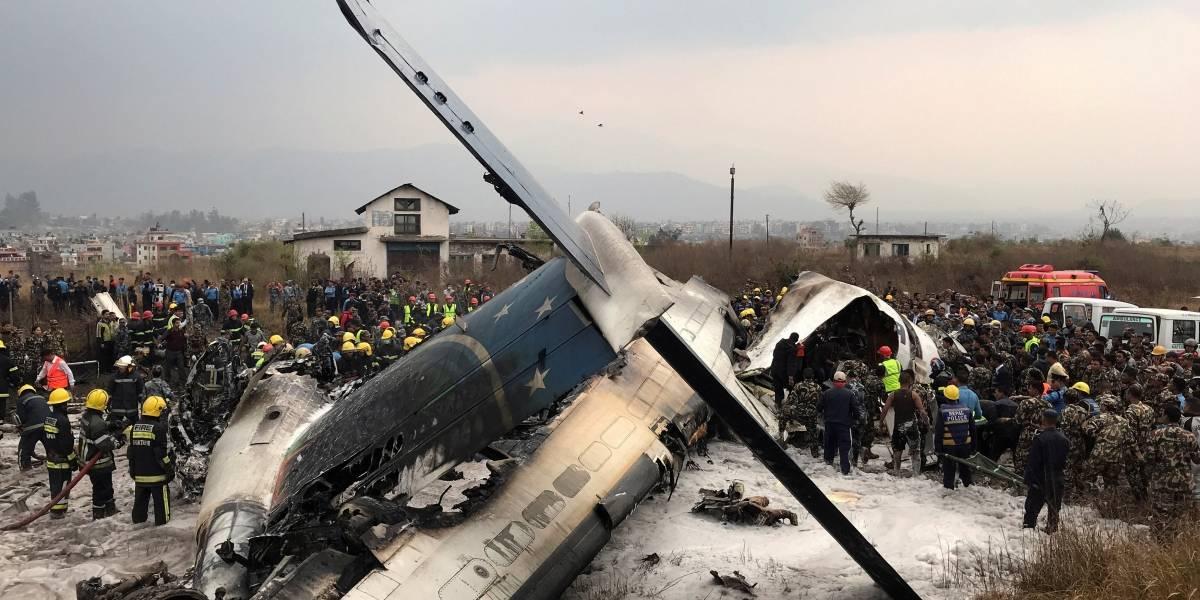 Autoridades resgatam corpos de acidente de avião no Nepal